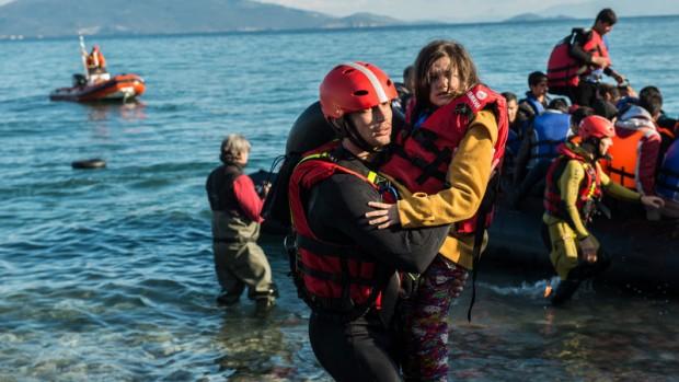 Enrique Rodriguez, miembro de PROEM-AID ayudando en el desembarco de una embarcación con problemas de motor que llegaba a las costas de Lesbos.