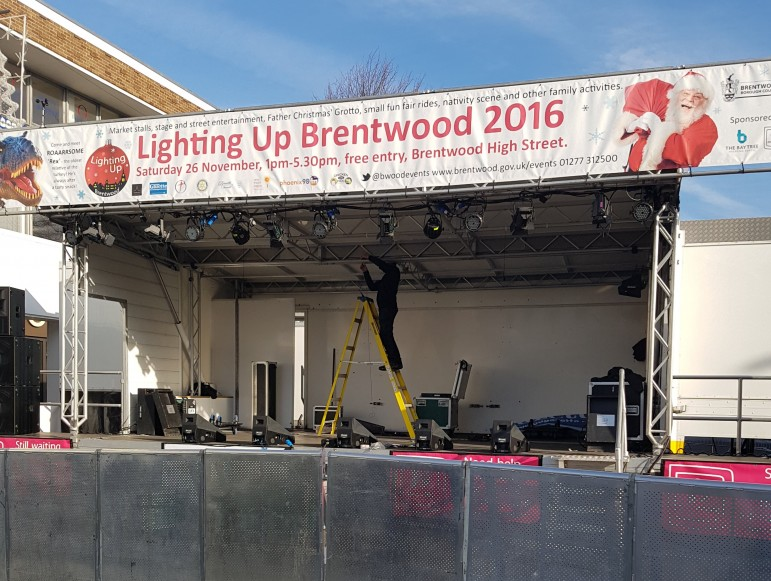 2016-11-26-lighting-up-brentwood-01-setting-up-antonia