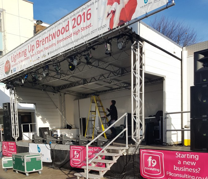 2016-11-26-lighting-up-brentwood-04-setting-up-antonia